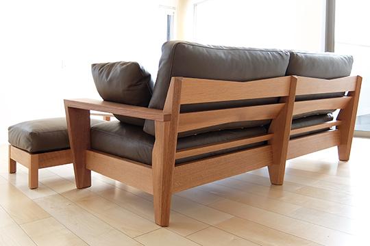 シックな大人っぽさをもつダークブラウンのソファ