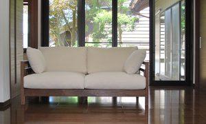 落ち着きのあるウォルナットのソファ