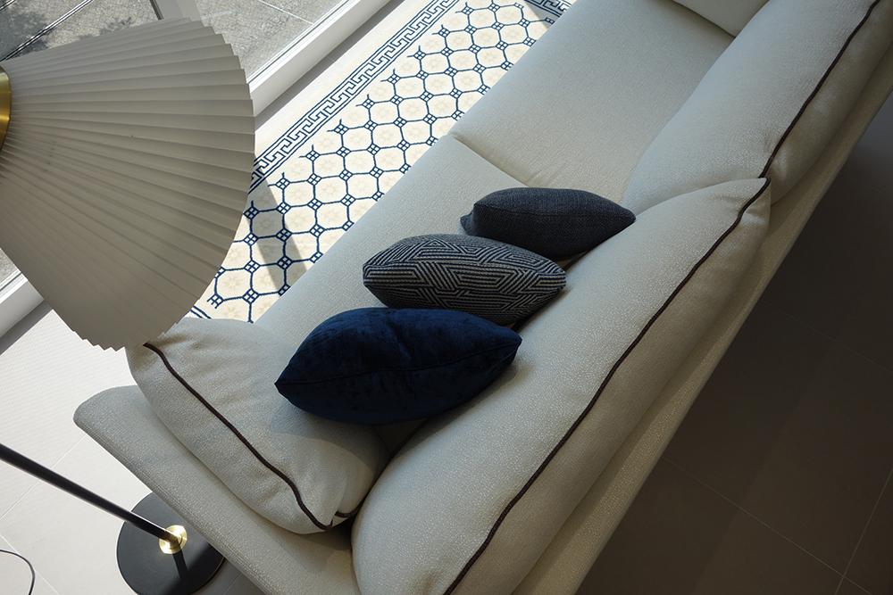 体型の違う2人がソファにおかけになるためのTips