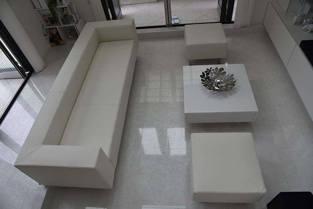 モダンなフォルムの一体型ソファ