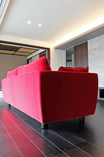 アクセントになる赤いソファ
