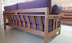無垢材を贅沢に使用したソファ