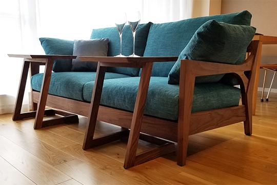 「木フレームソファ」と床色の組み合わせ